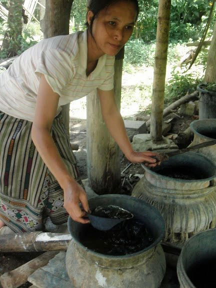 Handicraft-Lady-in-northern-Lao-village-production-with-Indigo-leaves